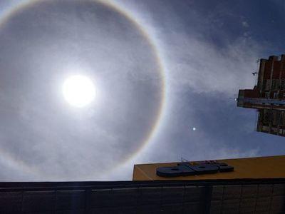 Halo solar deslumbra el cielo