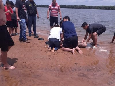 Bombero y médica salvan la vida de un joven que casi muere ahogado
