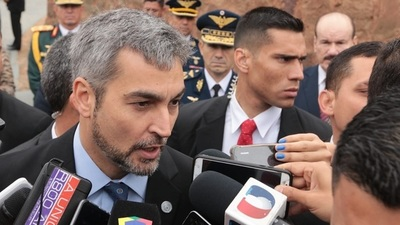 """Yo rezo por Bolivia"", afirma Mario Abdo"