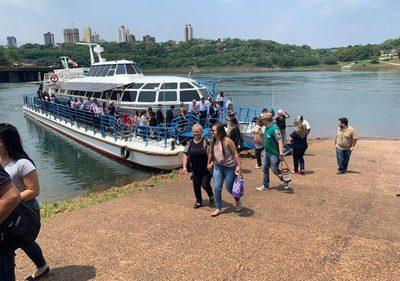 Turistas realizan viajes en el catamarán