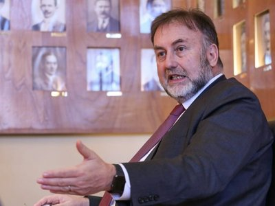 "Tratan de ""vende patria"" a Benigno López en restaurante"