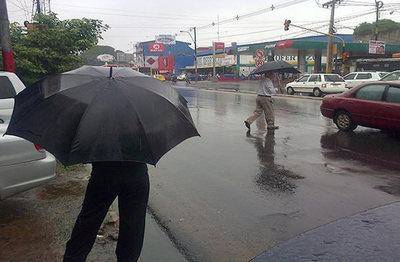 Martes caluroso y con lluvias