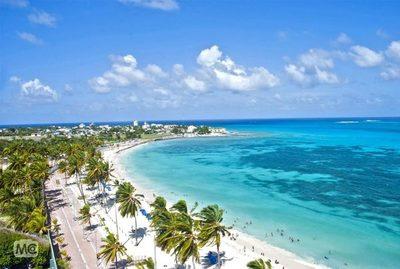 Aguas azules que cubren un destino paradisíaco