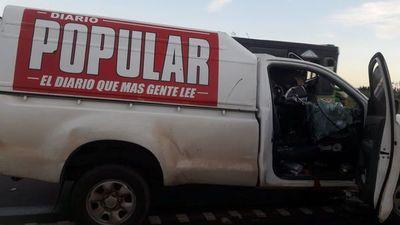 Camión embistió contra móvil de diario Popular y chofer huyó del sitio