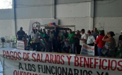 HOY / Funcionarios toman la municipalidad de Lambaré
