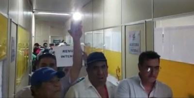 """Funcionarios """"toman"""" la Municipalidad de Lambaré, exigen renuncia del intendente y el cobro de sus salarios"""
