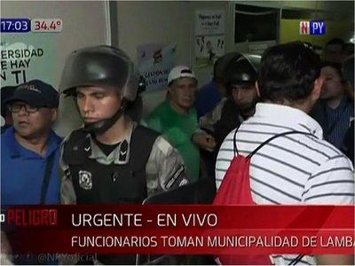 Funcionarios tomaron comuna de Lambaré y piden renuncia del intendente