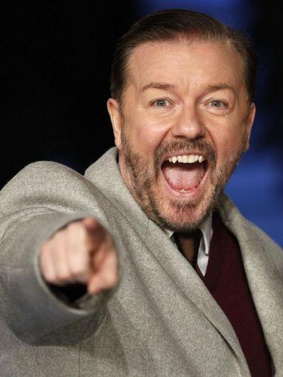 El comediante Ricky Gervais presentará los Globos de Oro por quinta vez