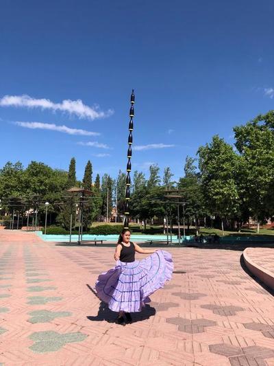 Erika Vega sorprendió en España con la danza paraguaya con diez botellas en la cabeza