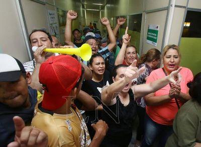 Municipio de Lambaré: Más de 800 empleados en huelga toman la sede