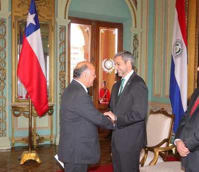 Mandatario recibió cartas credenciales de nuevo embajador chileno