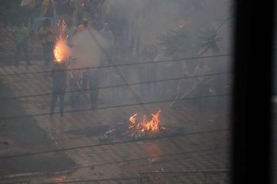 Explosión de petardos frente al Congreso impidió salida de funcionarios