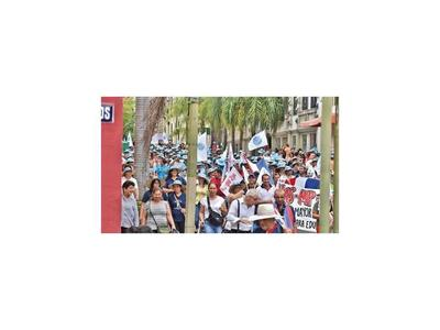 Docentes protestan por aumento y las aulas quedan vacías