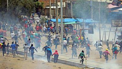 En las calles de La Paz continúa la guerra tras salida de Evo Morales