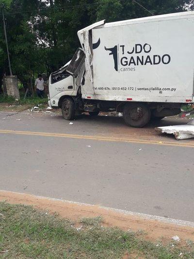 Perdió el control de su camión y chocó contra una columna en Caacupé