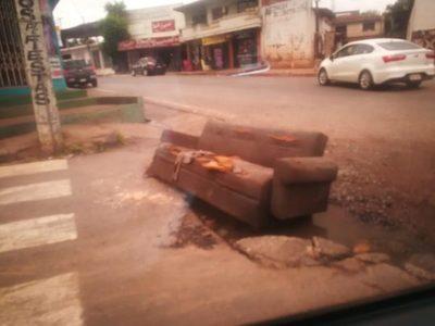 Un sofá en el medio de la calle