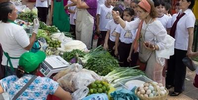 Feria de productos hortigranjeros y de artesanía en Plaza de la Democracia
