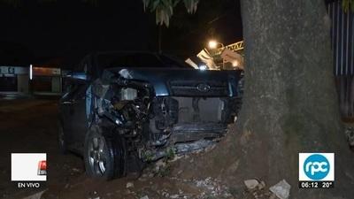 Tres jóvenes salen ilesos luego de chocar contra árbol y columna