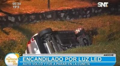 Luz led encandiló a conductor y causó vuelco de automóvil