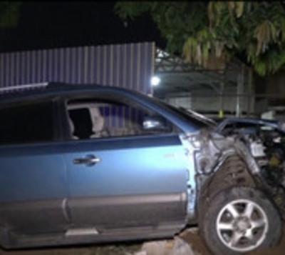 Se salvó de milagro tras chocar con su auto contra un frondoso árbol