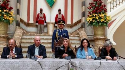 El Gobierno de facto de Bolivia se retira del ALBA y cesa a 80% de embajadores