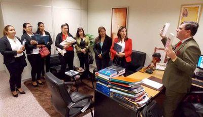 Juez instó a estudiantes a cuidar la imagen y la buena educación