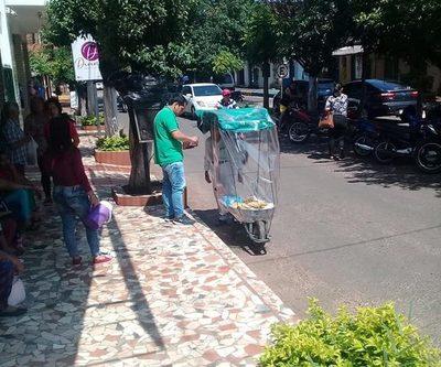 Don Isidoro, el hombre que vende frutas en su ingenioso móvil que él mismo creó