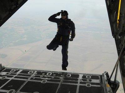 Hombre salta sin paracaídas y causa inquietud en la ciudadanía