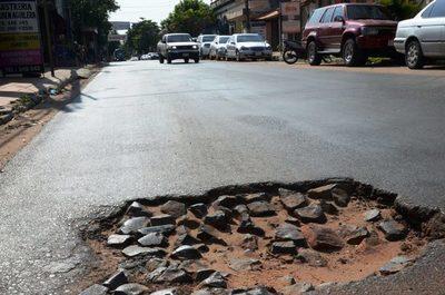Las calles céntricas de Luque están minadas de baches •