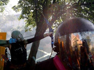 Con una flecha, hieren a policía durante protestas en Hong Kong