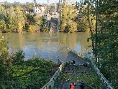 Un muerto y varios desaparecidos por derrumbe de puente colgante