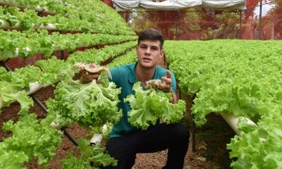 La inspiradora historia del joven que produce lechugas hidropónicas