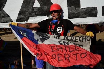 """De colarse en el metro a copar las calles: el mes en el que """"Chile despertó"""""""