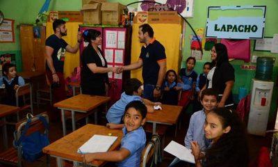 Municipalidad de CDE entrega pupitres y anuncia obras en la escuela Augusto Roa Bastos