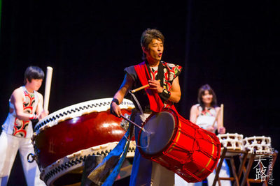 Tambores japoneses en colorido espectáculo