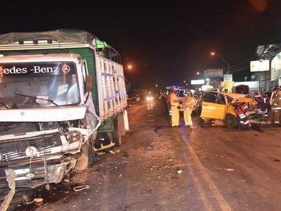 Taxista murió al chocar contra un camión