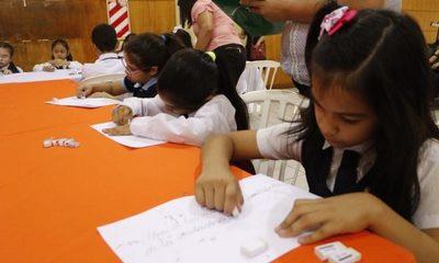 Niños verifican calidad de borradores para kit escolar del 2020