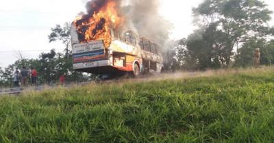 Dos mueren calcinados tras chocar con un bus