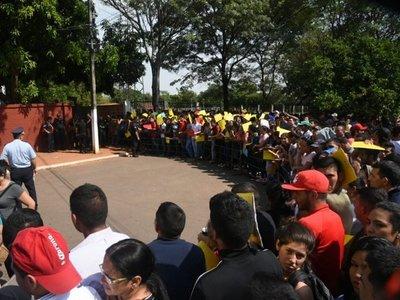 Aspirantes a policía protestan tras masiva eliminación por inspección médica