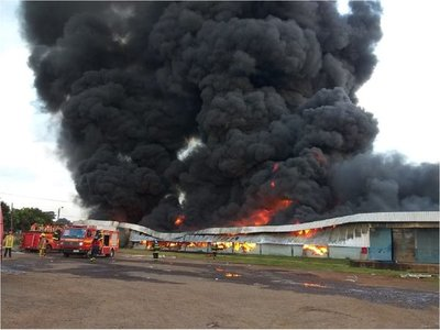 Bomberos trabajan para controlar incendio tras caída de helicóptero