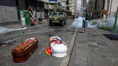 Bolivia: Policía reprime una marcha que llevaba los ataúdes de otros manifestantes