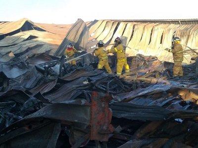 Bomberos controlan incendio en fábrica tras 14 horas de lucha