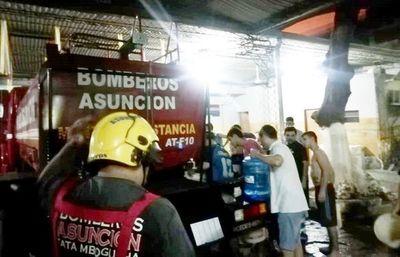 Bomberos y Essap proveen agua a internos de Tacumbú