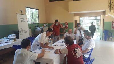 Adultos mayores recluidos en Emboscado recibieron atención médica
