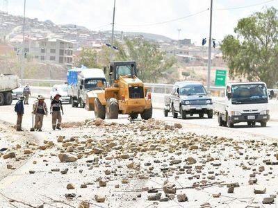 """Organizan un """"puente aéreo"""" para llevar alimentos a La Paz bloqueada"""