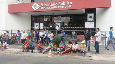 """Manifestantes afectados por la EBY piden """"trabajo digno"""""""
