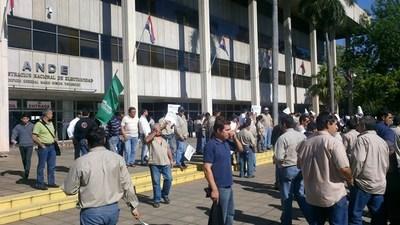 """Guerra por presupuesto: huelga en ANDE inicia sin atención al cliente, y con el fantasma de """"tradicionales"""" apagones"""