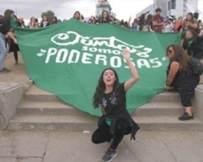 Latinoamérica, hastiada de feminicidios, protesta al unísono