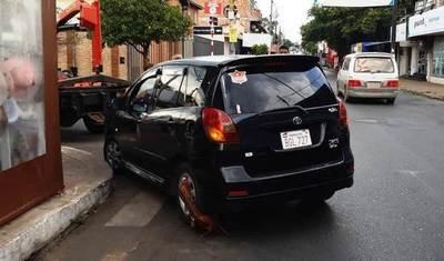 """Mujer atacó a """"zorros"""" por encepar su auto y pidió """"apoyo"""" a su marido policía •"""