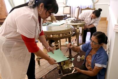 Restauradoras de Cultura reparan mobiliario del Palacio de López